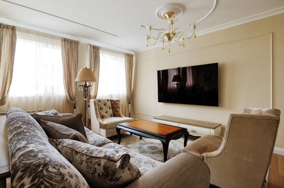 Широкоформатный телевизор на стене в гостиной комнате