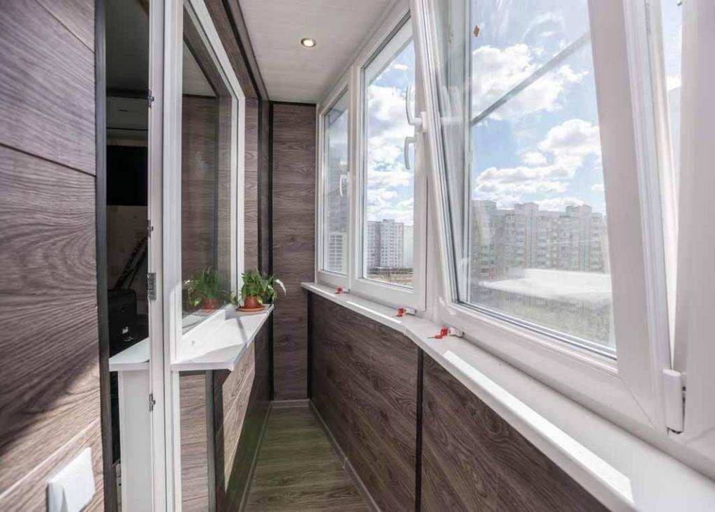 теплое остекление узкого балкона в квартире