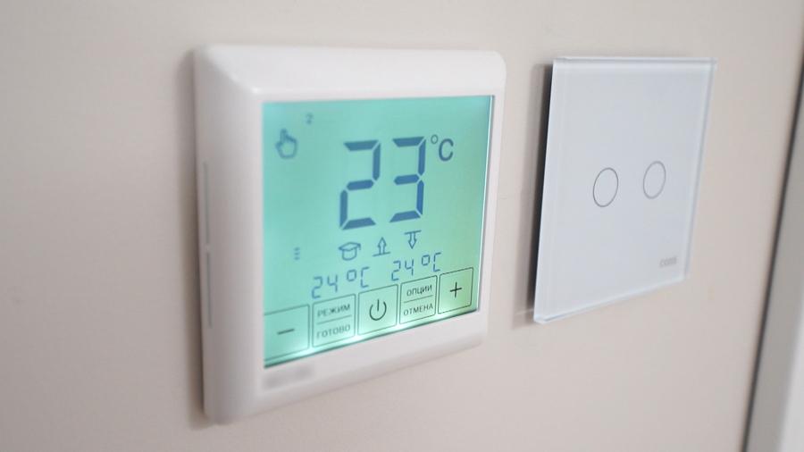 Терморегулятор теплого пола на стене балкона