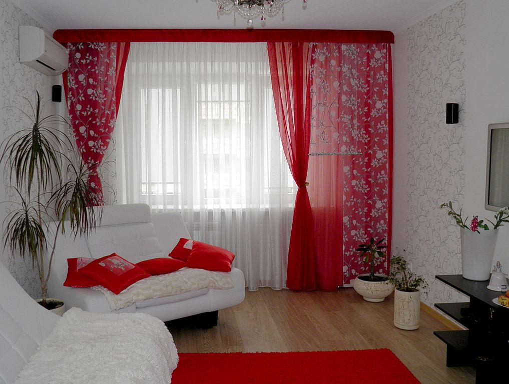 Красный тюль в гостиной комнате