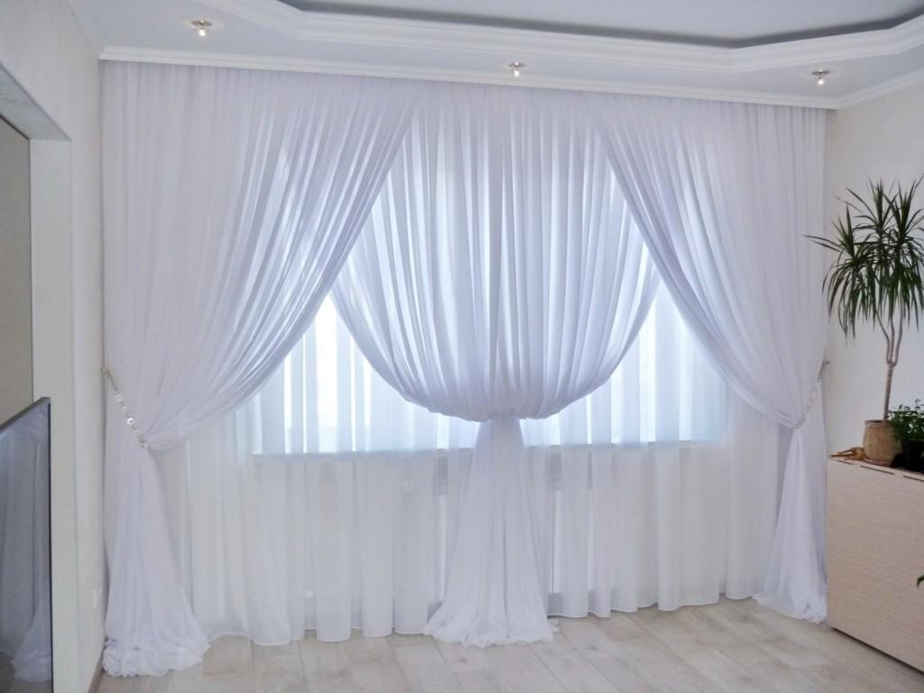Белый тюль на окне в зале трехкомнатной квартиры