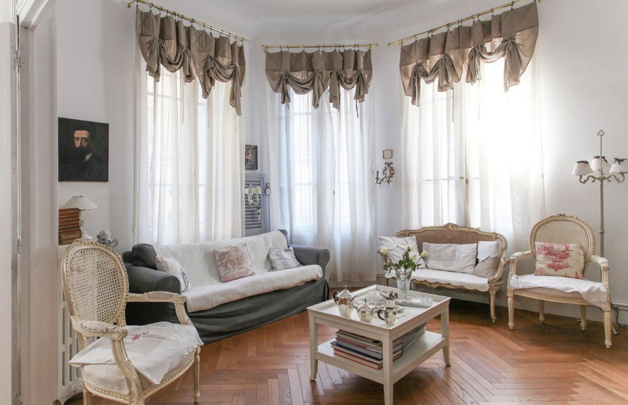 Декор тюлем окон в эркере гостиной классического стиля