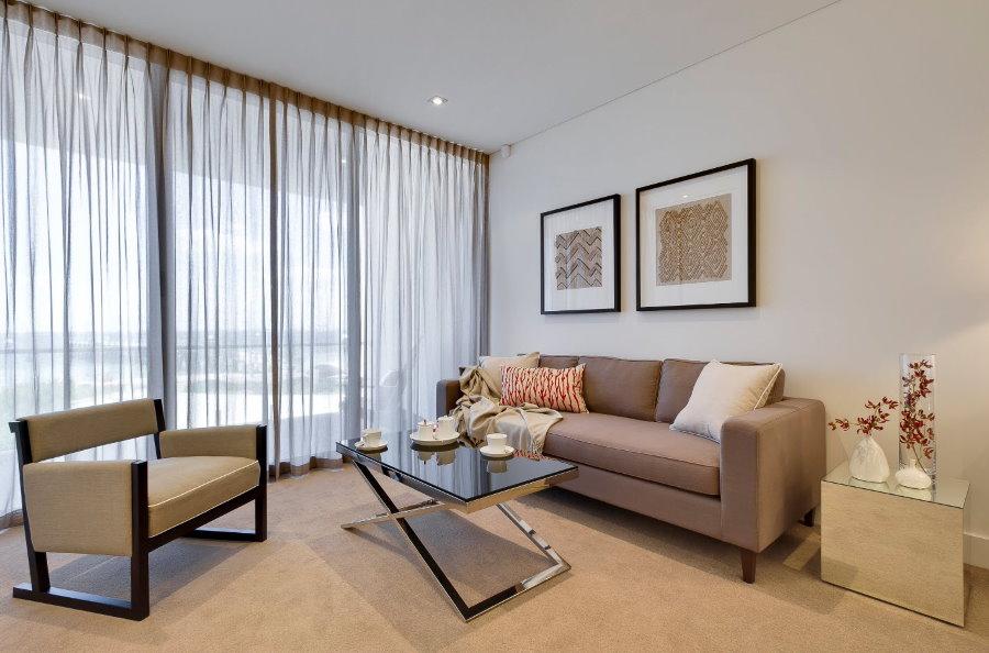Полупрозрачный тюль в гостиной с большим окном