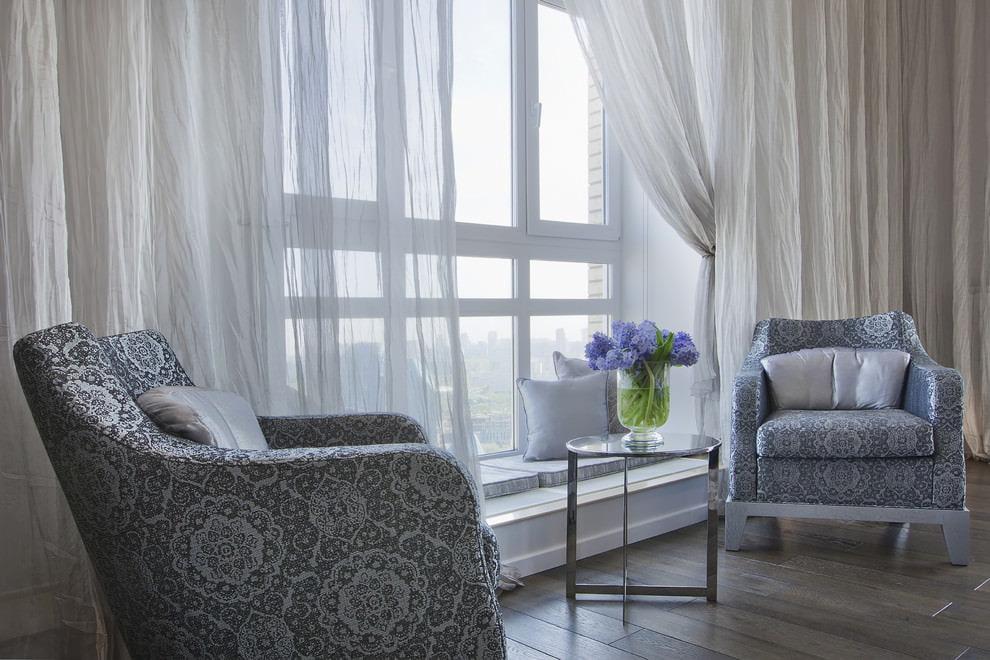 Тюлевые гардины на окне гостиной комнаты