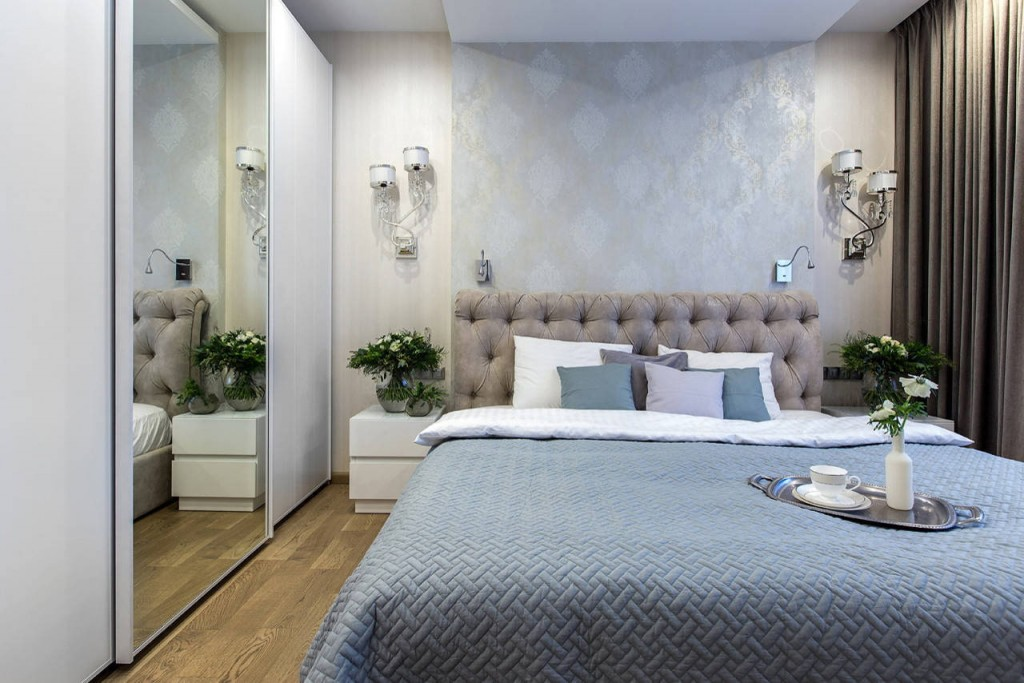 Удобная кровать в интерьере спальной комнаты