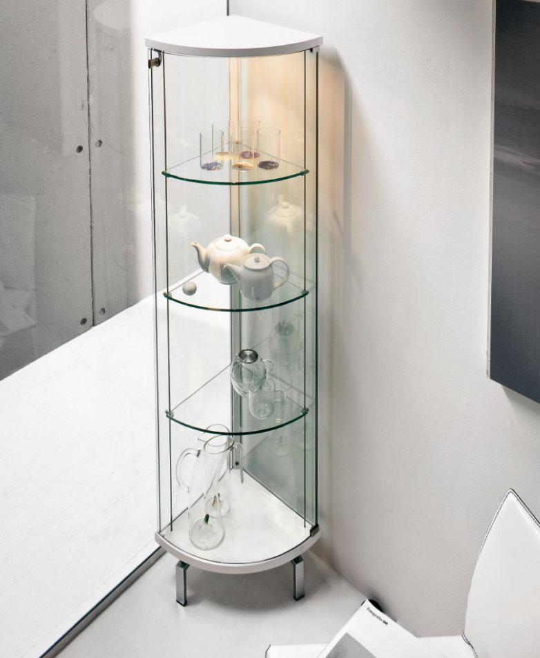 Стеклянный угловой шкаф в светлой гостиной