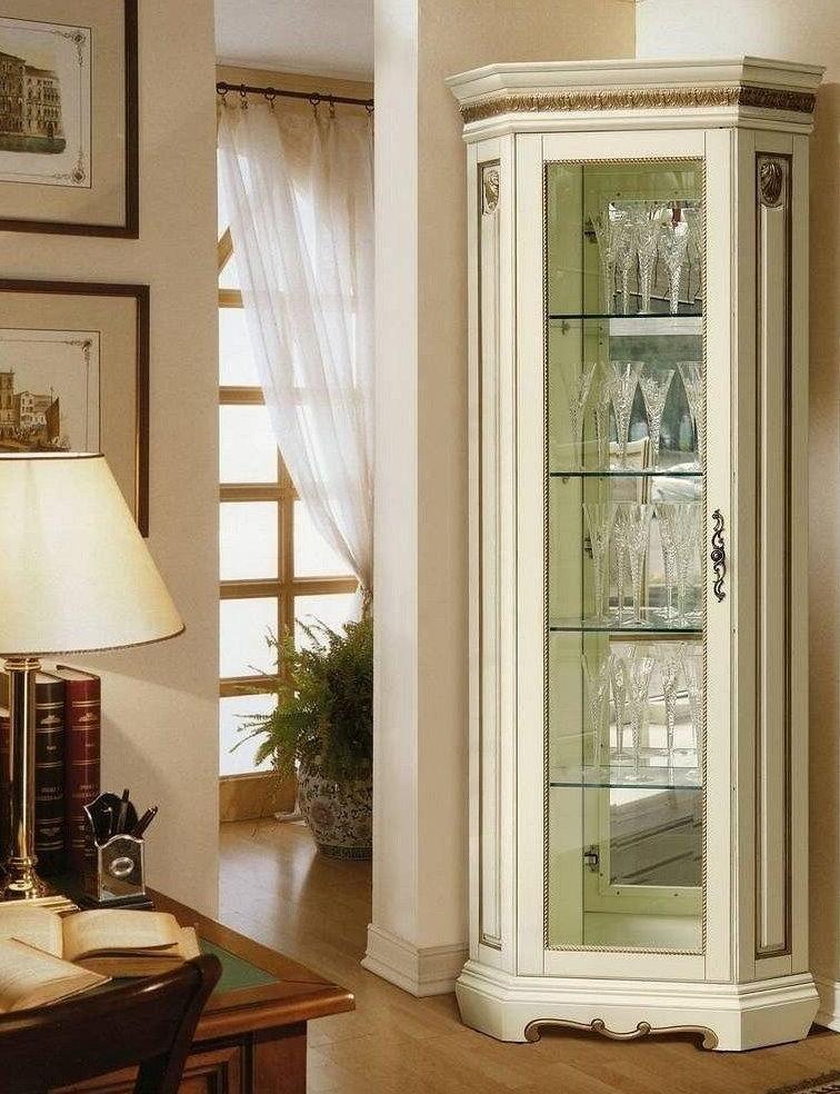 Классический шкаф для хрусталя в гостиную комнату