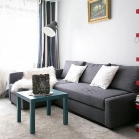 Белые подушки на сером диване