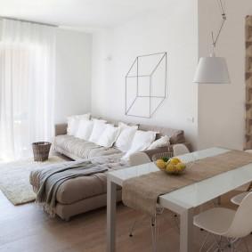 Угловой диван в комнате с белыми стенами