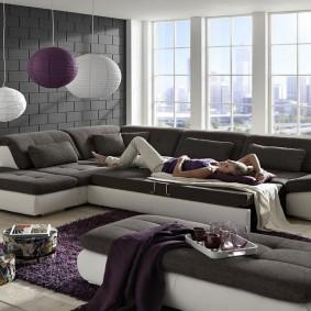 Удобный диван в гостиной с панорамным окном