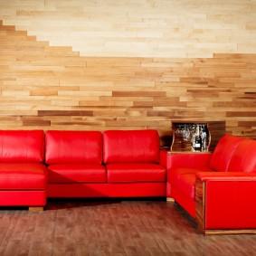 Красная обивка кожаного дивана