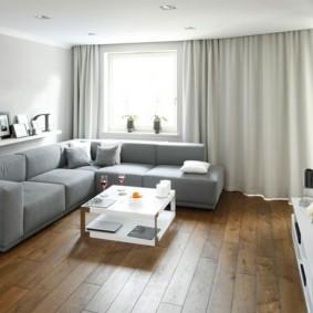 Деревянный пол в гостиной комнате