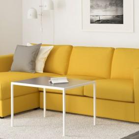 Яркий диван в гостиной частного дома