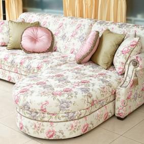 Красивый диван в деревенском стиле