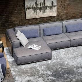 Практичный диван в зале лофтного стиля