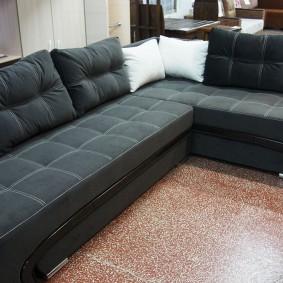 Г-образный диван с темной обивкой