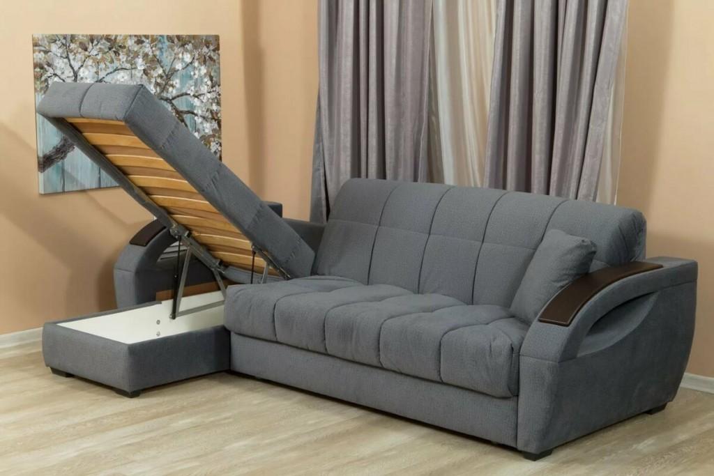 Серый угловой диван-книжка в интерьере зала