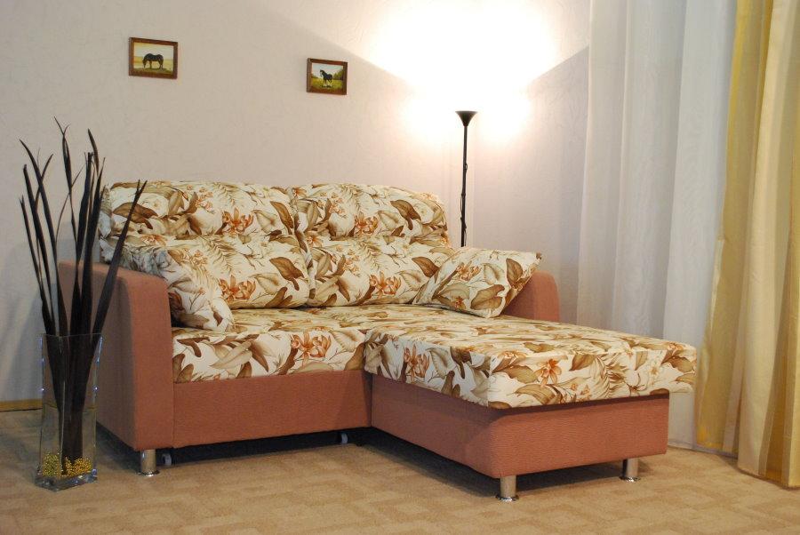 Мини-диван угловой формы для небольшой гостиной