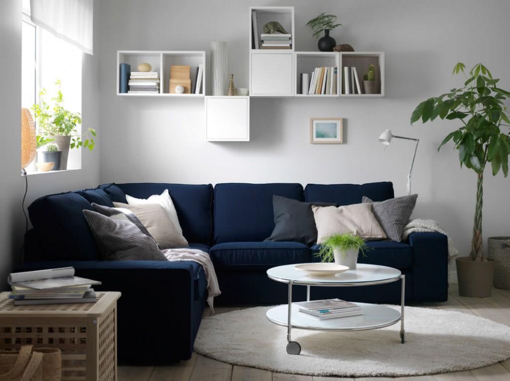 Синий диван угловой формы в гостиной современного стиля