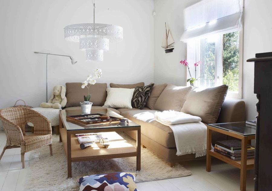 Угловой диван в гостиной с белыми стенами