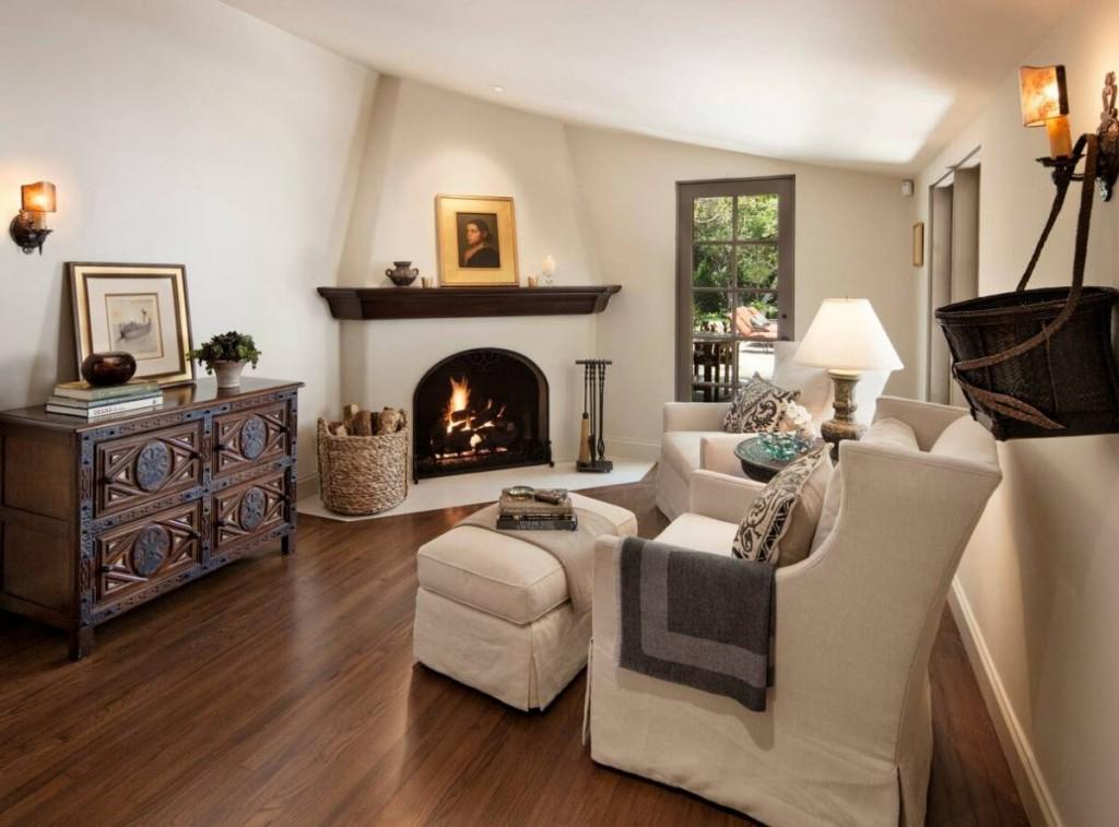 Окрашенные стены в гостиной с дровяным камином