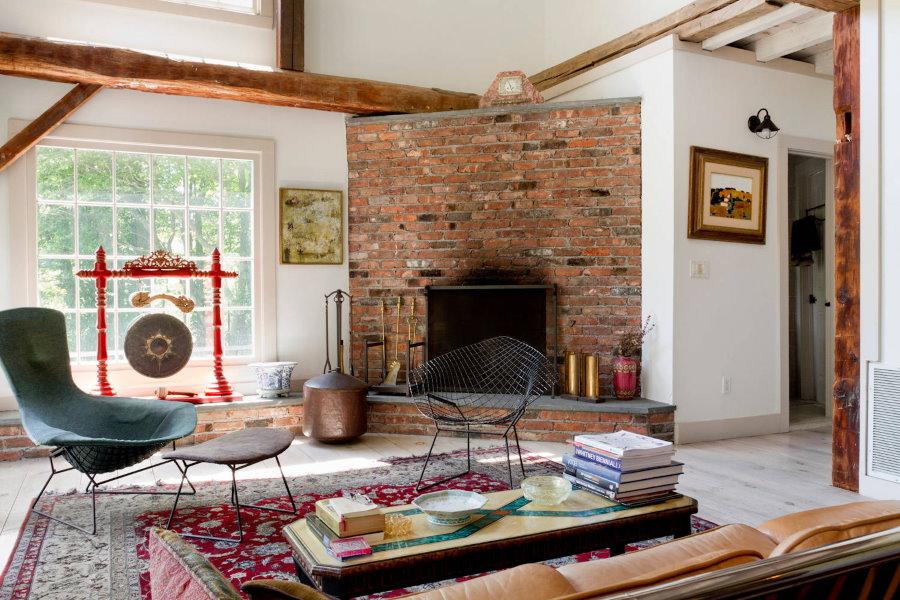 Настоящий камин на дровах в углу гостиной