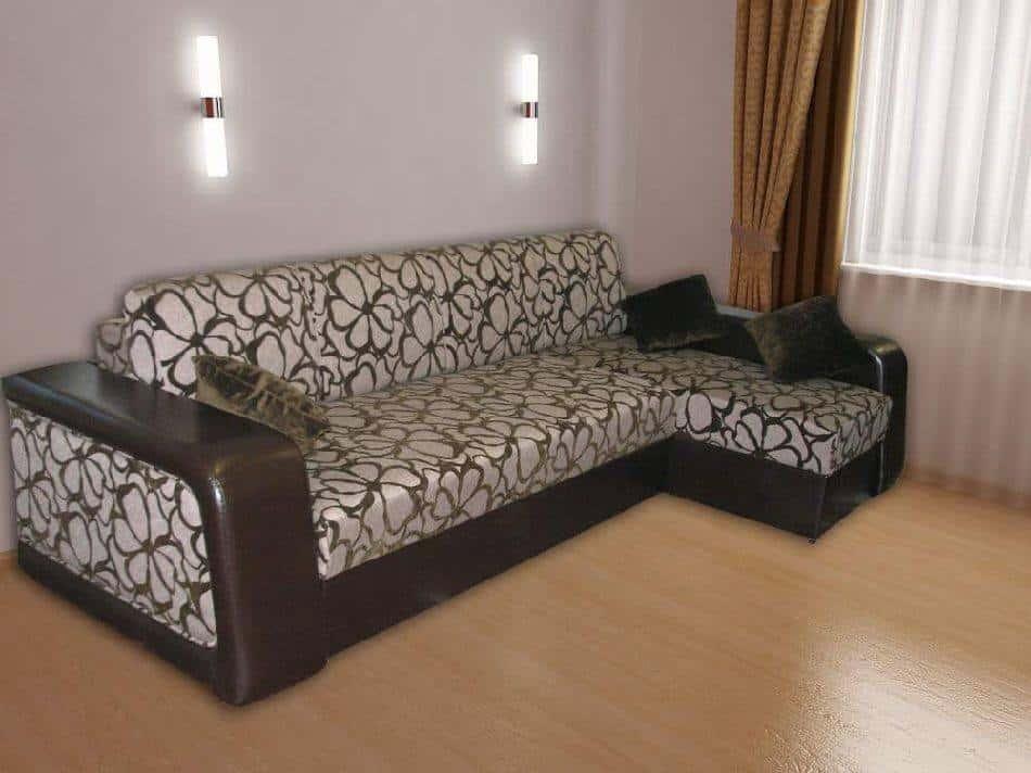 Угловой диван с тканевой обивкой возле окна в зале