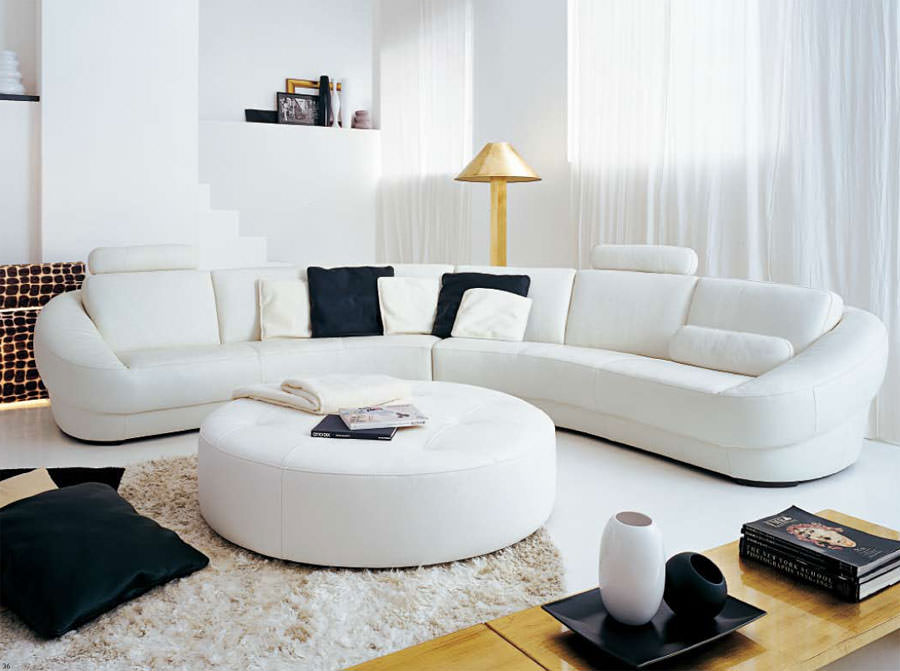 Овальный угловой диван с белой обивкой