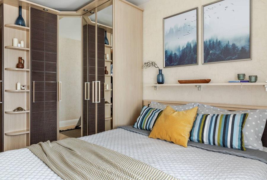 Небольшая спальня с платяным шкафом в углу