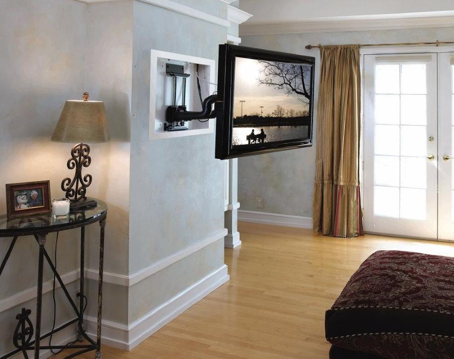 Небольшой телевизор на подвесном кронштейне