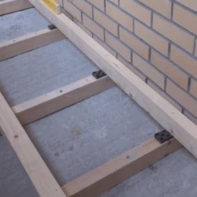 Укладка деревянных лаг на бетонную плиту лоджии