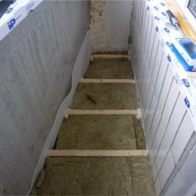 Укладка минеральной ваты на пол балкона