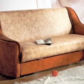 Узкий раскладной диван в стиле ретро