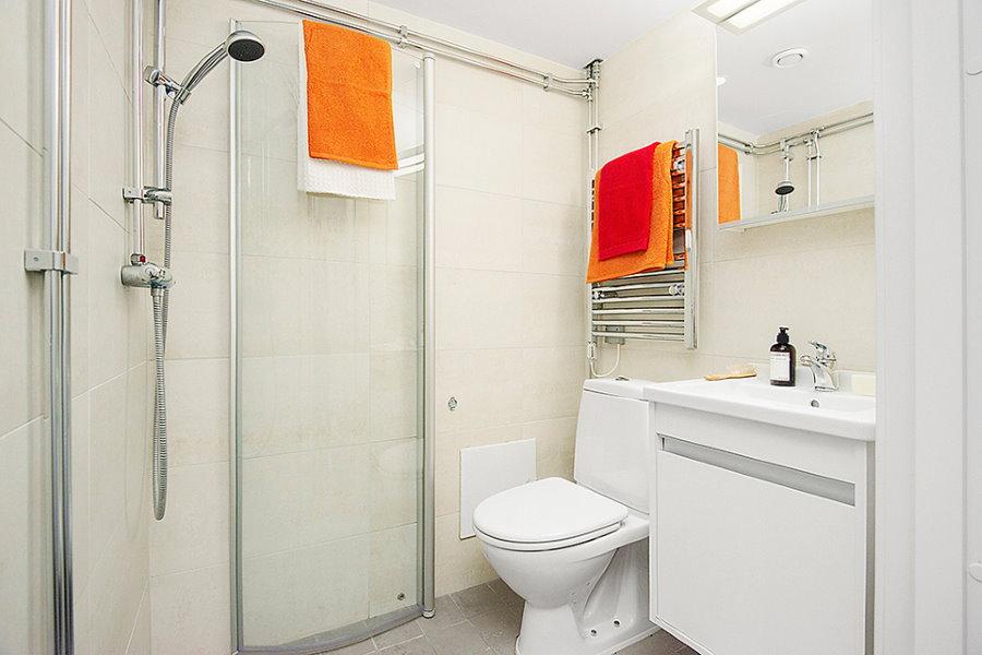 Белая ванная комната в квартире студийного типа