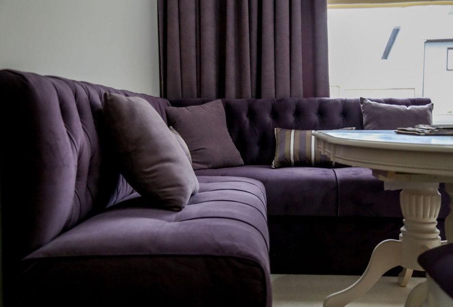 Велюровая обивка углового дивана в зале