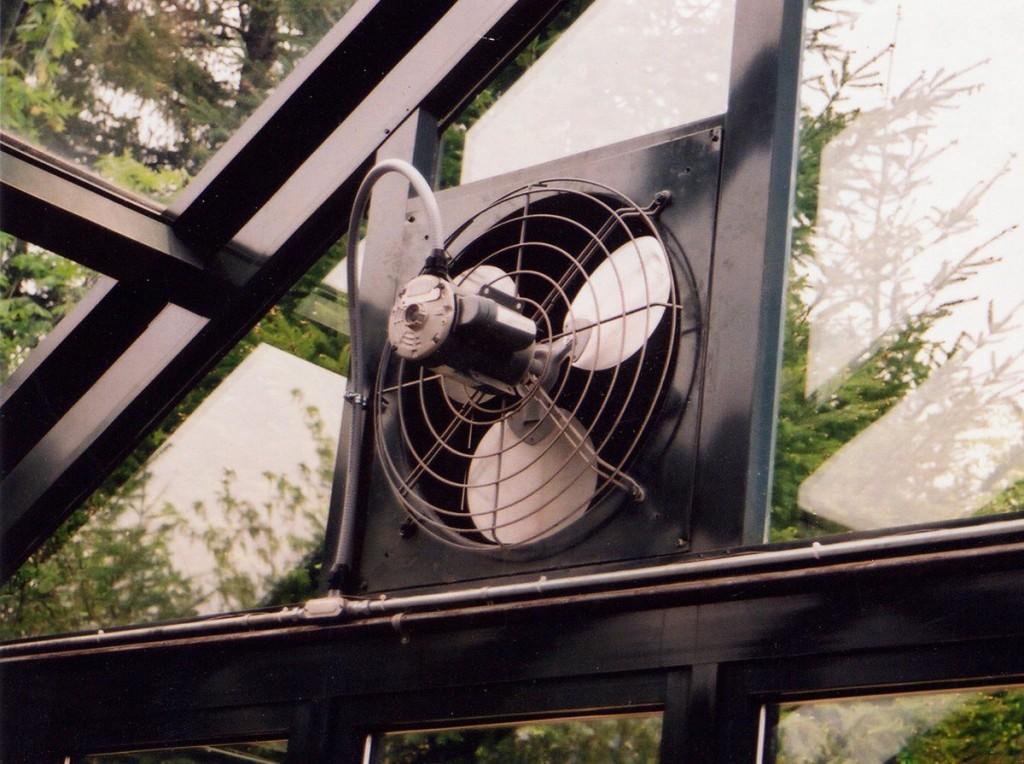 Вытяжной вентилятор в коньке крыши зимнего сада