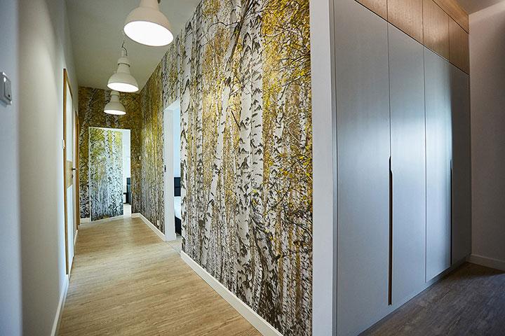 Обои с фотопечатью деревьев на стене в коридоре