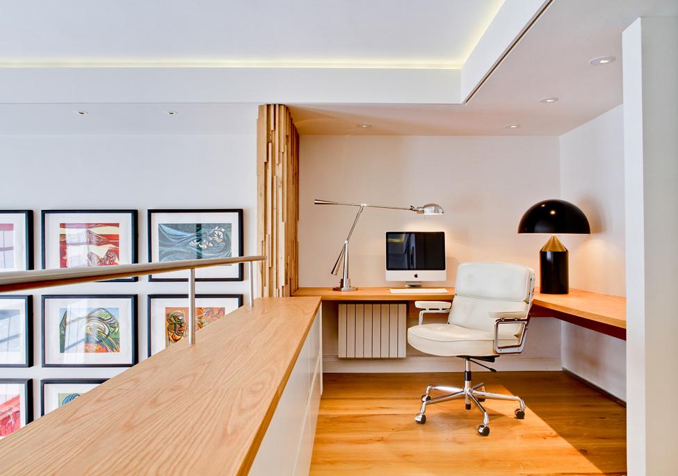 Домашний кабинет на втором ярусе квартиры