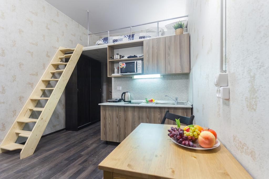 Открытая лестница в двухъярусной квартире-студии