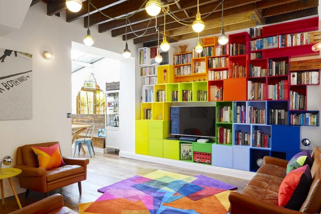 Оригинальный интерьер гостиной комнаты с цветной мебелью
