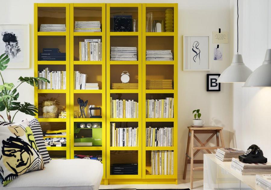 Желтый стеллаж в интерьере белой гостиной