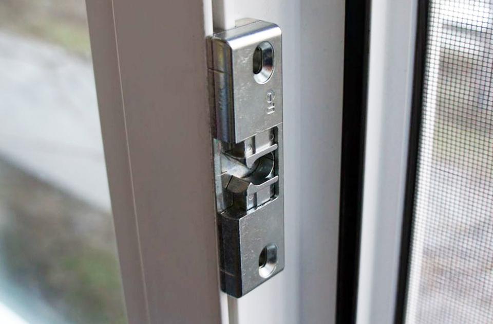 Роликовая защелка на балконной двери