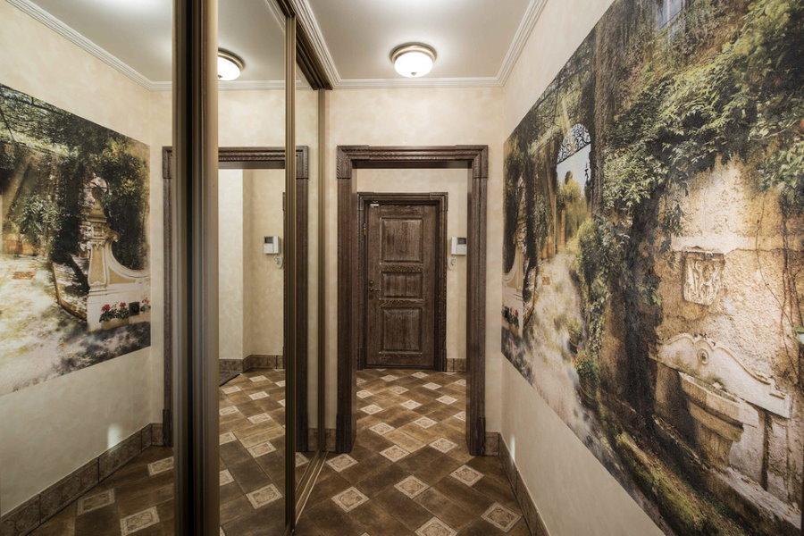 Размещение фотообоев напротив зеркального шкафа в коридоре