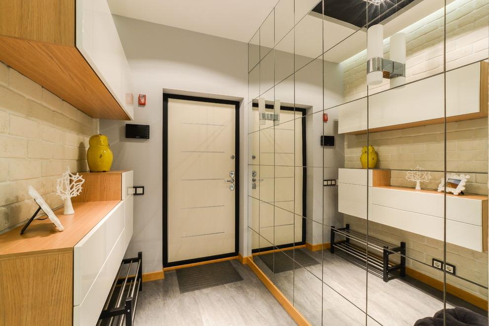 Модульная мебель в узкой прихожей комнате