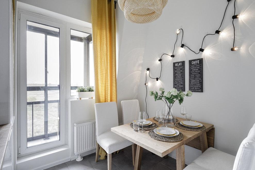 Желтая шторка за спинками кухонных стульев