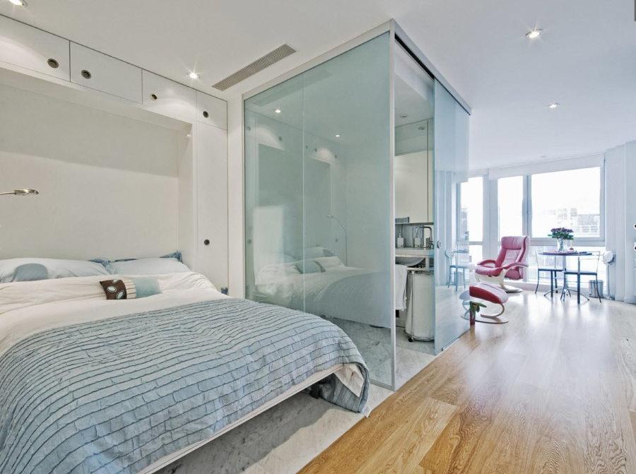 Зонирование квартиры-студии перегородками из стекла