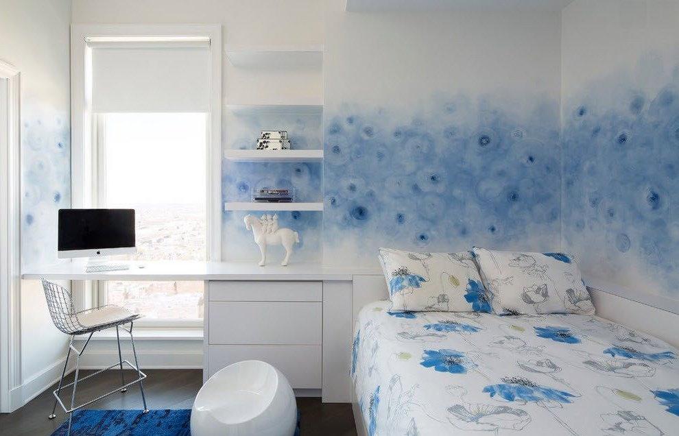 Бело-голубые обои в спальне подростка