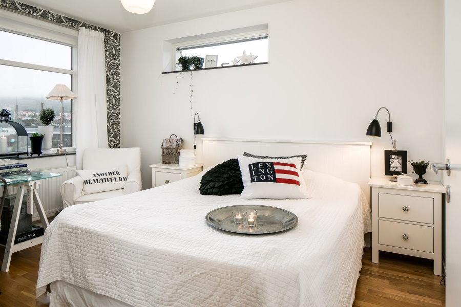 Интерьер компактной спальни с белыми обоями