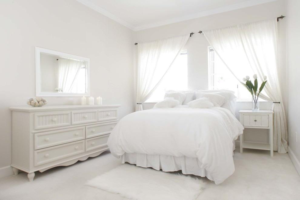 Белые шторы в спальне с комодом