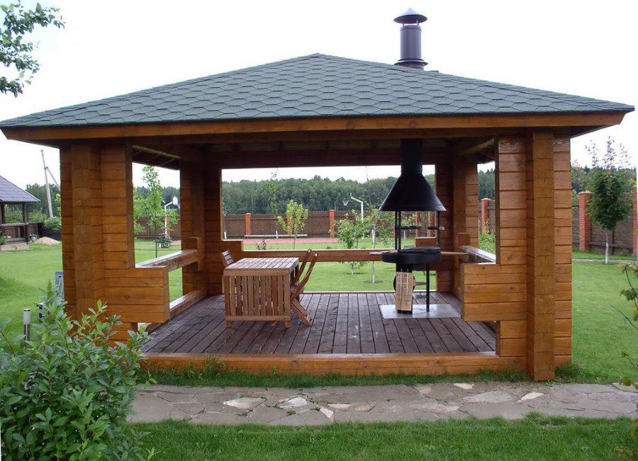 Открытая беседка с деревянным полом
